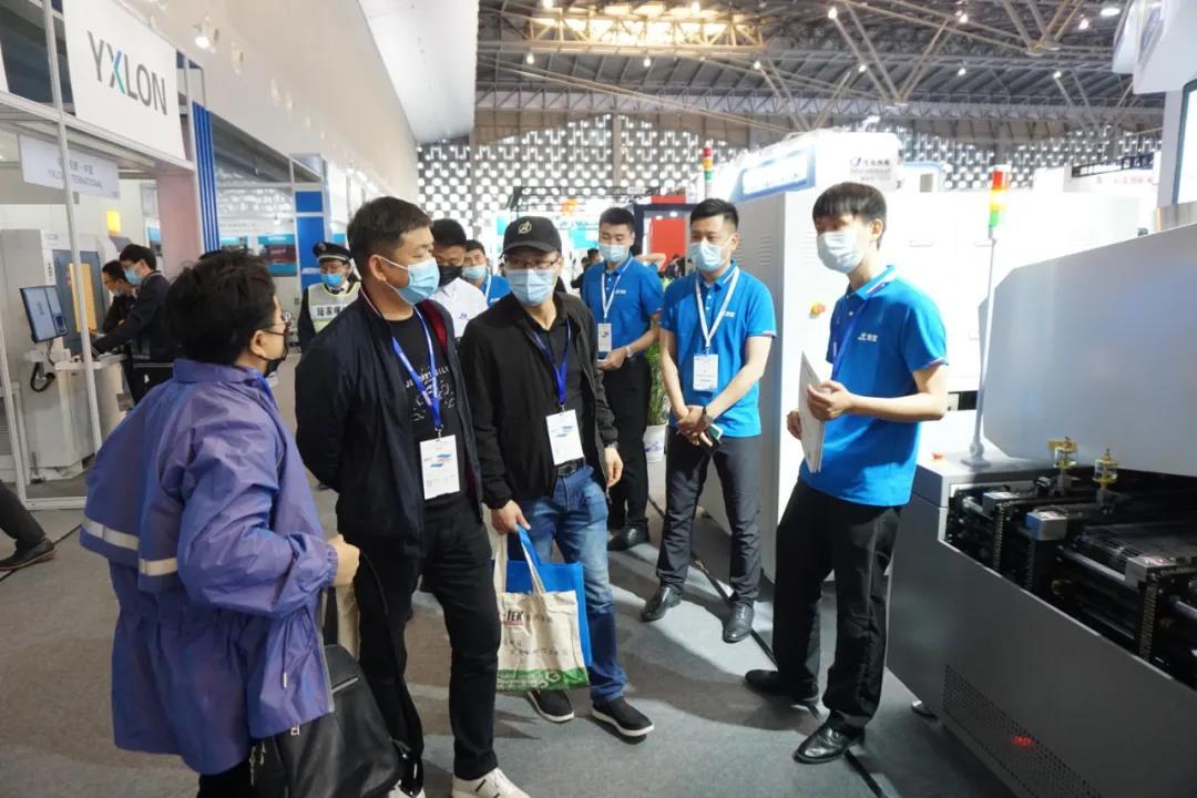浩宝技术展位参观客户了解垂直加热炉