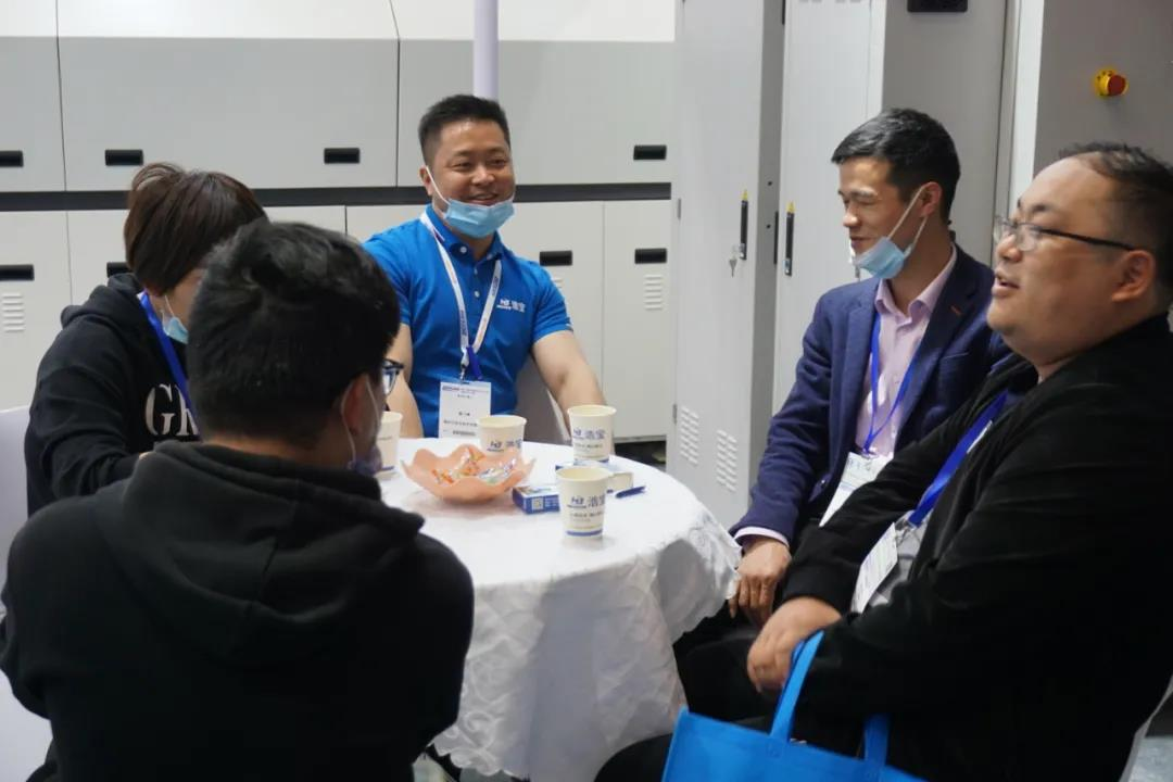 浩宝技术展位参观客户进行业务洽谈2