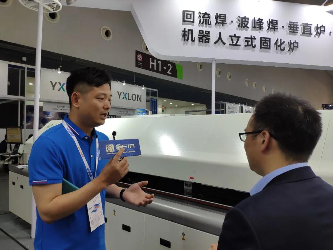 浩宝技术人员给采访媒体介绍回流焊炉新产品的亮点