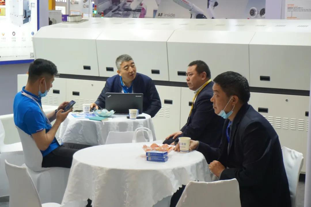 浩宝技术展位参观客户进行业务洽谈